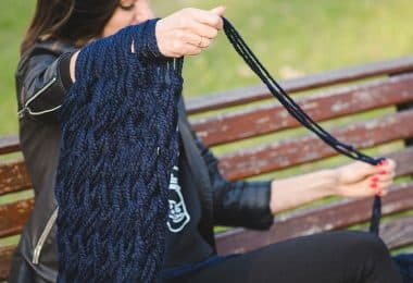 What's the best yarn for arm knitting? Here, we go over how to find great yarns for arm knitting cowls, scarves, blankets, and more.