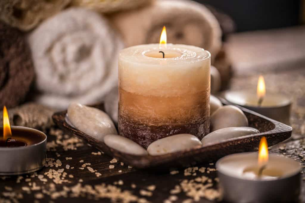 Can essential oils be used in candles? Learn more about the ups and downs of using essential oils in candles over synthetic fragrance oils.